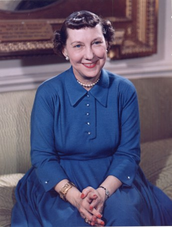 Mamie_Eisenhower_color_photo_portrait,_White_House,_May_1954
